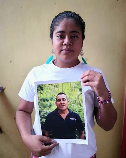 Gabriela Sorto memegang foto ayahnya, Porfirio Sorto Cedillo.