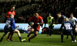 Billy Vunipola on his way to scoring the opening try for Saracens on his return from injury.