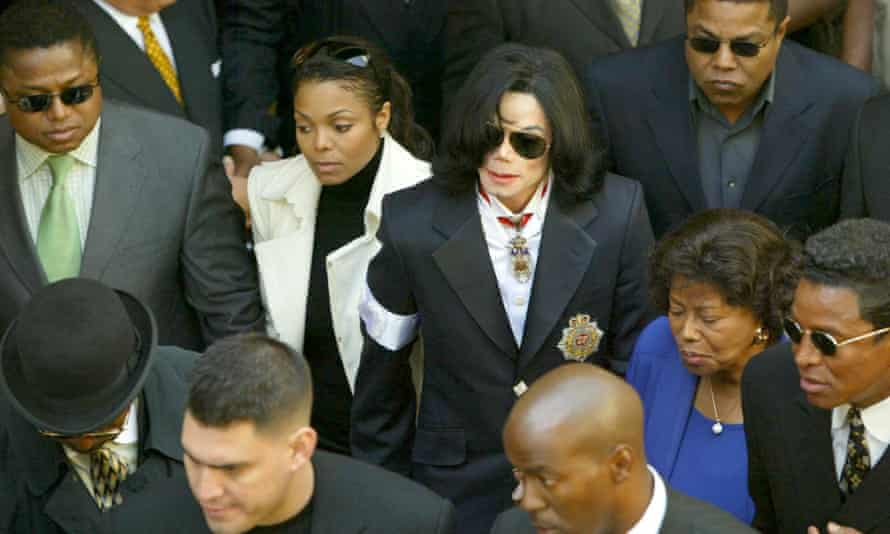 Michael Jackson arrives in court in Jan 2004 on charhes of sexual abuse, accompanied by his sister Janet and other members of his family.