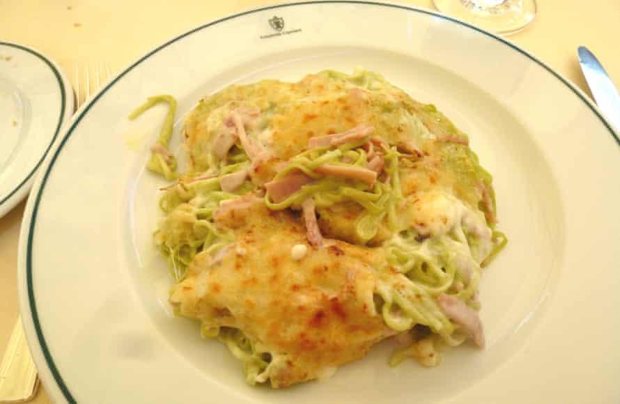 Tagliolini verdi gratinati con prosciutto cotto affumicato e besciamella at Locando Cipriani.