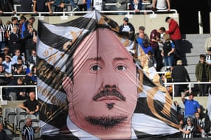 Newcastle fans unfurled a Rafael Benítez flag at teh match against Leicester City but the manager was booed after he substituted Matt Ritchie.