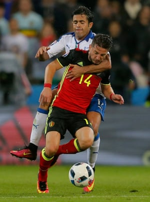 Eder cynically takes down Mertens - another booking for Italy.