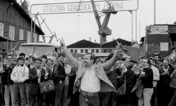 Wałęsa leads a crowd at a shipyard in 1983