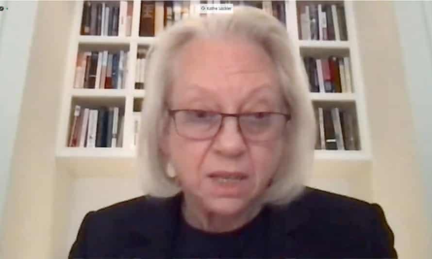 Kathe Sackler از طریق پیوند ویدئویی در هنگام دادرسی مجازی در 17 دسامبر 2020 شهادت می دهد.