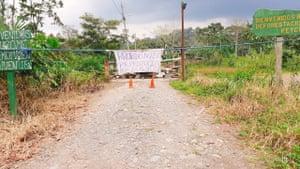 Fin février, un Tzamarenda Estalin, un chef Shuar, a placé une pancarte à l'extérieur de son village interdisant l'entrée.