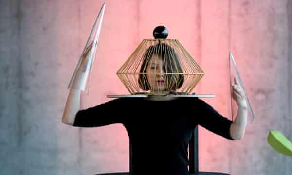 Danza en vidrio, performance de Oskar Schlemme, en el nuevo Museo de la Bauhaus de Dessau.