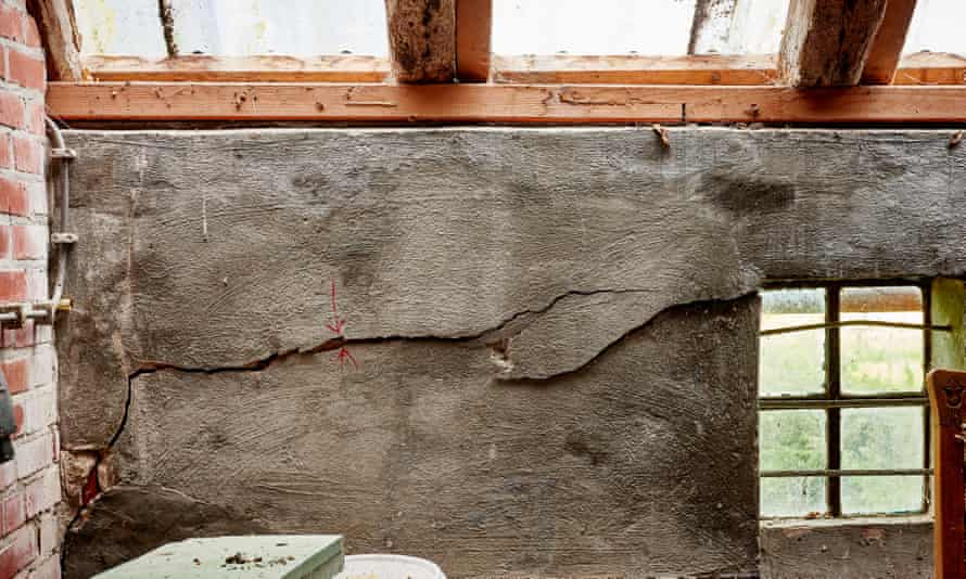 Damage to the internal walls of a Groningen farmhouse, which was built in 1916.