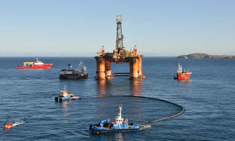 The oil rig Transocean Winner being loaded on to the semi-submersible heavy-lifting ship Hawk.