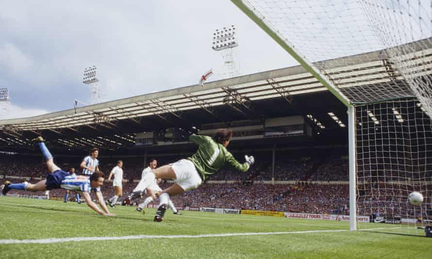 Keith Houchen heads past Ray Clemence as Coventry beat Spurs 3-2 in the 1987 FA Cup final.