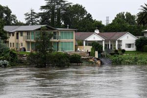 Houses beside the overflowing Nepean River at Penrith