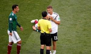 Mueller protestando la tarjeta amarilla. Marquez le tira un beso.