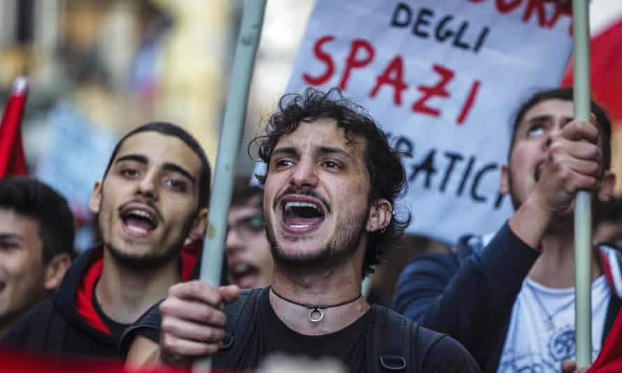 People supporting the 'no' side on the upcoming constitutional referendum take to the streets in Rome.