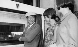 English actor Reg Varney makes the first withdrawal from a Barclaycash machine, at the Enfield branch of Barclays Bank, 27th June 1967.