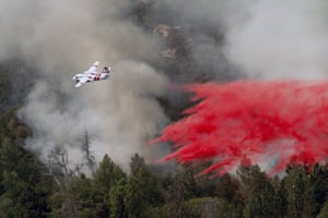 Darrah, US. An aircraft drops retardant during an effort to stop the Ferguson wildfire from reaching homes in Mariposa County in California.