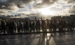 城市工人走过伦敦桥