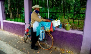 A man wearing a face mask sells tacos on a street in Mexico City, on 15 September 2020 amid the coronavirus pandemic.