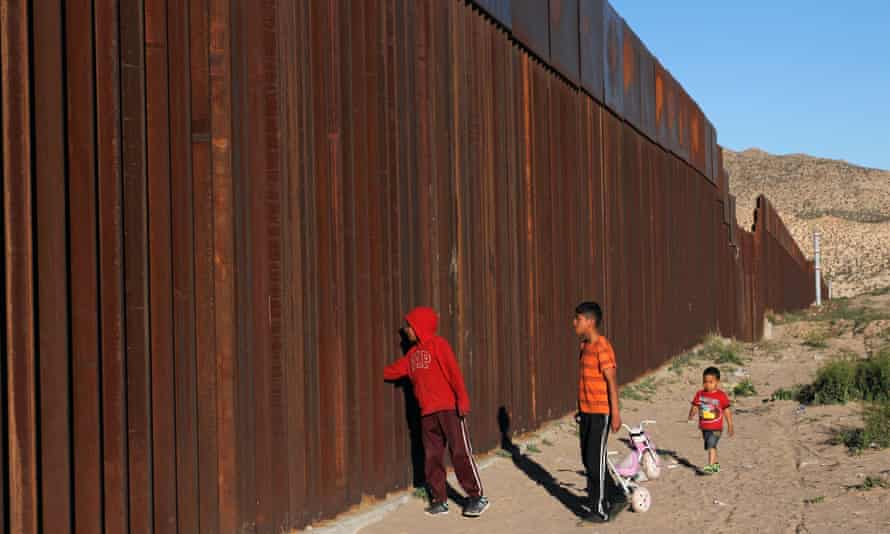 Children on the outskirts of Ciudad Juárez, Mexico, at the border fence with the US.