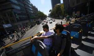 Touristes dans un bus avec des sièges bouclés à Mexico le 13 novembre 2020