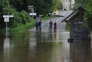 A flooded street in Monthou-sur-Bièvre.