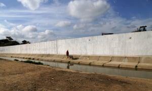 Ecuadorean workers build a wall along the border between Peru and Ecuador in Aguas Verdes, Peru on 8 June 2017.