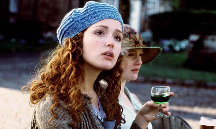 From left: Rose (Rose Byrne) and Cassandra Mortmain (Romola Garai) in I Capture the Castle (2003).