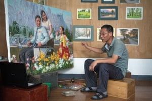 Jon Ryong Guk paints