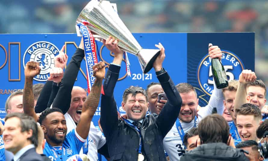 Steven Gerrard lifts the Scottish Premiership trophy after the 4-0 win over Aberdeen