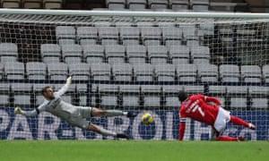 nottingham forest'tan lewis grabban penaltı noktasından golü attı.