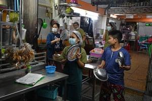 Orang-orang mengambil bagian dalam kampanye kebisingan di jalan setelah seruan untuk protes terhadap kudeta militer muncul di media sosial, di Yangon