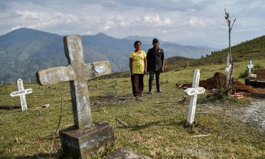 Relatives by a graveside