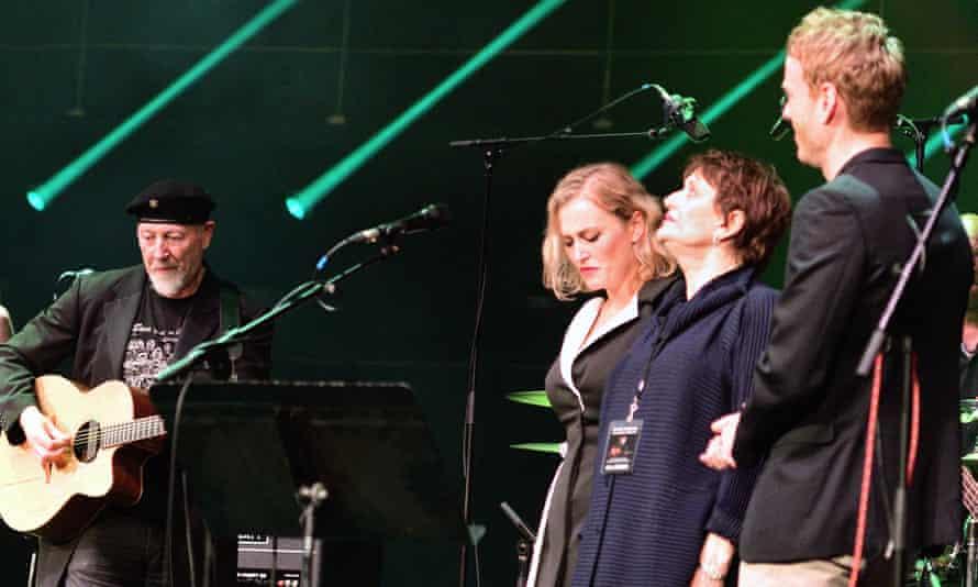 کنسرت هفتادمین سالگرد تولد ... با دخترش کامی ، همسر اول لیندا و پسرش تدی تامپسون ، 2019.