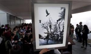 Una fotografía del fotoperiodista asesinado, Rubén Espinosa, es subastada en el museo para recaudar fondos para su familia, el 17 de octubre.