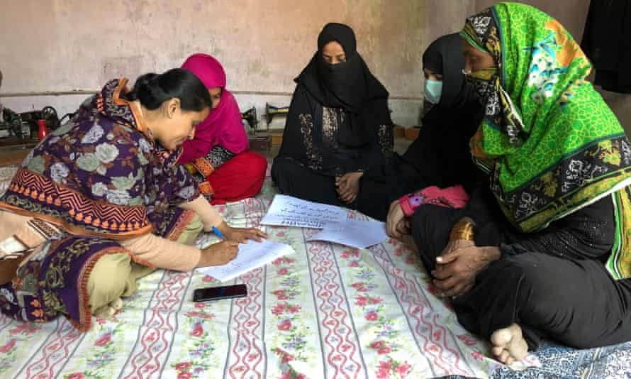 Home-based workers officially register as workers in Sindh province, Pakistan. Their new status will allow them to receive numerous benefits.