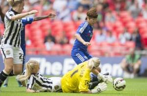 The ball falls to the feet of Ji So-Yun ...