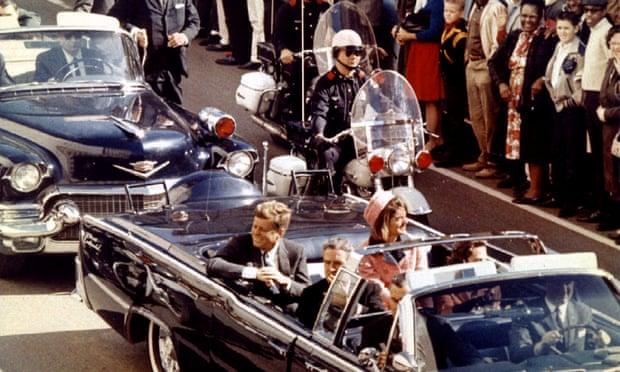 Джон Кеннеди, Жаклин Кеннеди и Джон Коннелли за несколько минут до убийства Кеннеди в Далласе, штат Техас, 22 ноября 1963 года. Фотография: Handout / Reuters