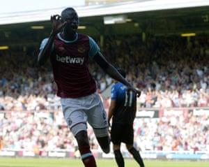 Cheikhou Kouyate celebrates.