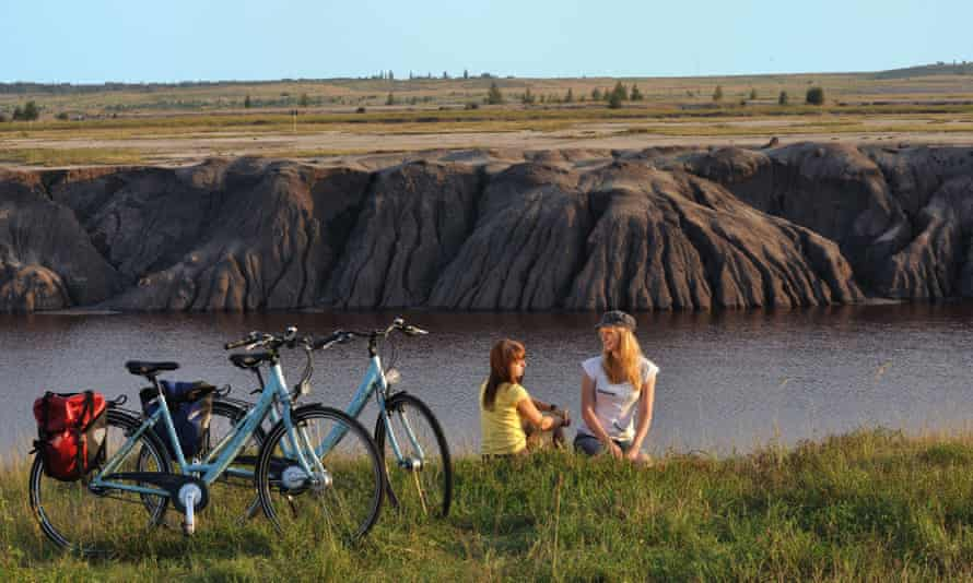 Cyclists next to Großräschener lake.