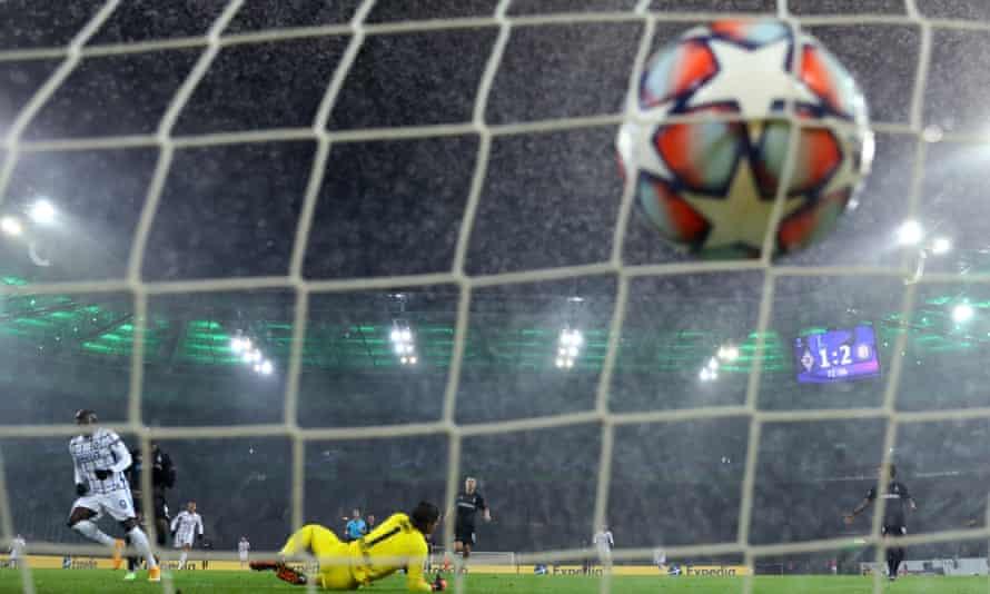 Romelu Lukaku scores his second and Inter's third against Gladbach.