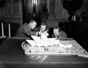 Utzon shows off his model at Sydney Town Hall in 1957