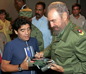 Maradona talks to then-Cuban president Fidel Castro before recording the TV programme The 10's Night in Havana in October 2005