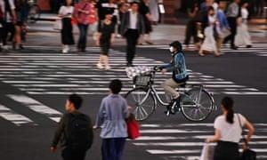 Personnes à un carrefour dans le quartier de Ginza à Tokyo
