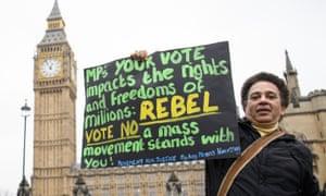 抗议者在议会广场上反对英国退欧。