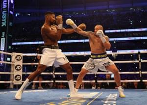 Anthony Joshua duels with Oleksander Usyk.