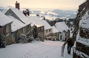 Snow covers houses in Gold Hill, Shaftesbury, Dorset