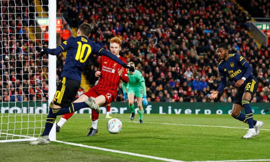 Mesut Özil flicks the ball back to Ainsley Maitland-Niles to give Arsenal a 4-2 lead.