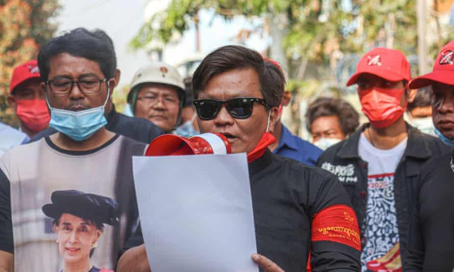 سان نایین او که از اتحادیه شاعران است بیانیه ای را تسلیت می خواند پس از کشته شدن شاعر تت نایینگ وین توسط نیروهای امنیتی میانمار