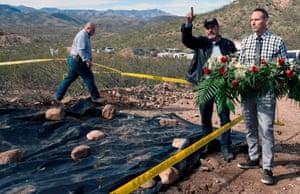 Adrian LeBarón, centro, Julián LeBarón, izquierda, y Bryan LeBarón, derecha, respectivamente padre y primos de Rhonita Miller, uno de los nueve mormones asesinados en una emboscada en noviembre pasado, en el lugar del ataque en Galeana, estado de Chihuahua, México, el 12 de enero