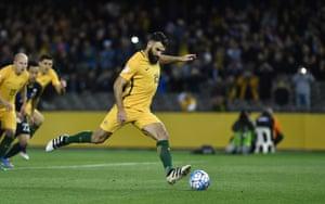 Mile Jedinak equalises for Australia against Japan.