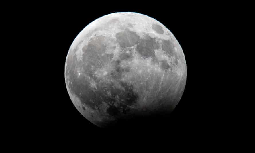 Scientists have long puzzled over when the moon's magnetic field disappeared.