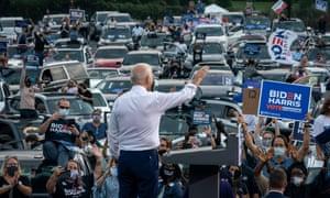 Le candidat démocrate à la présidentielle, Joe Biden, salue les partisans alors qu'il termine son discours lors d'un rassemblement électoral à Atlanta, en Géorgie.